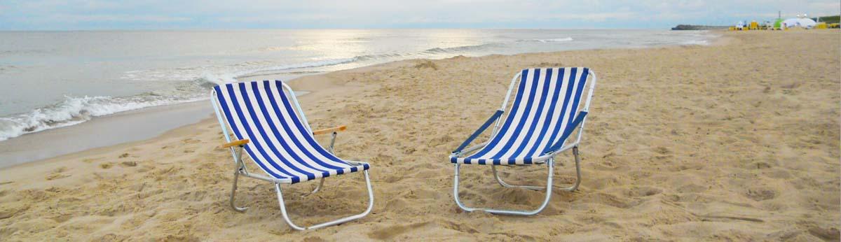 tradycyjne leżaki na plażę